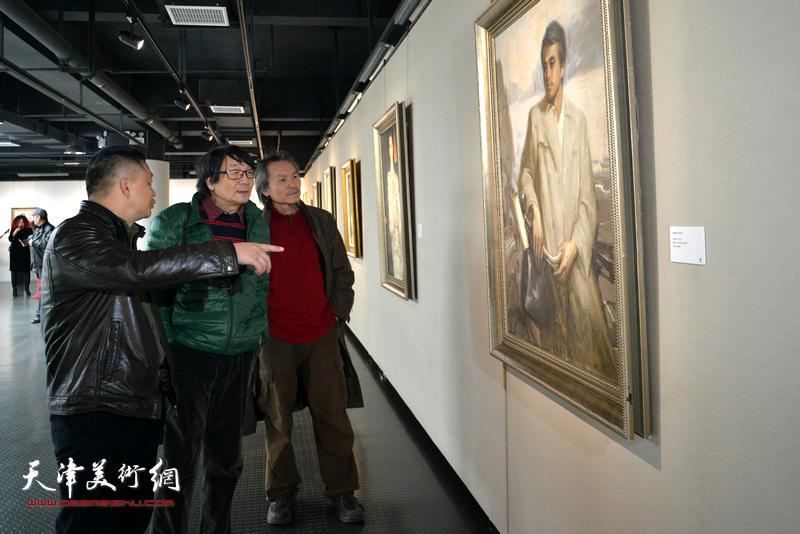 张胜、郭雅希观赏展出的边秉贵艺术作品。