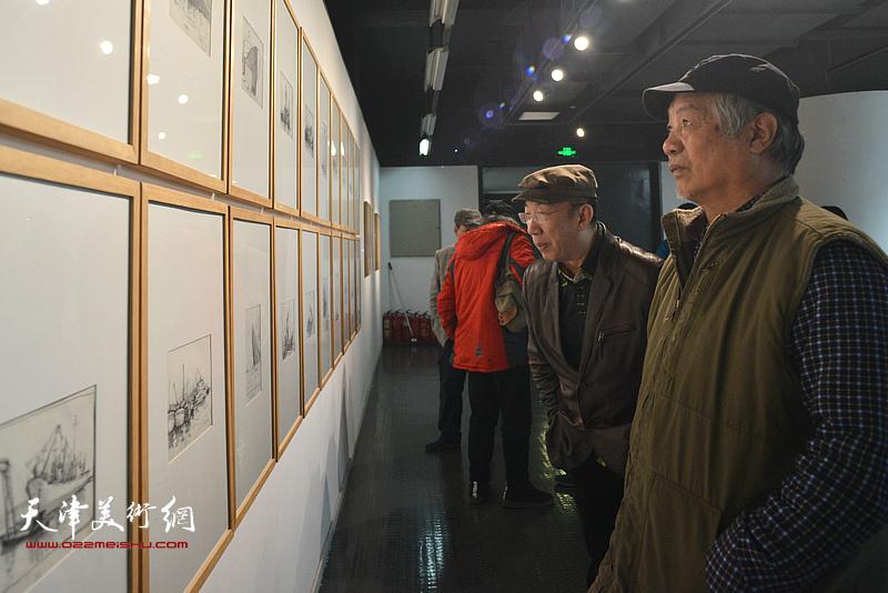 孙建平观赏展出的边秉贵艺术作品。