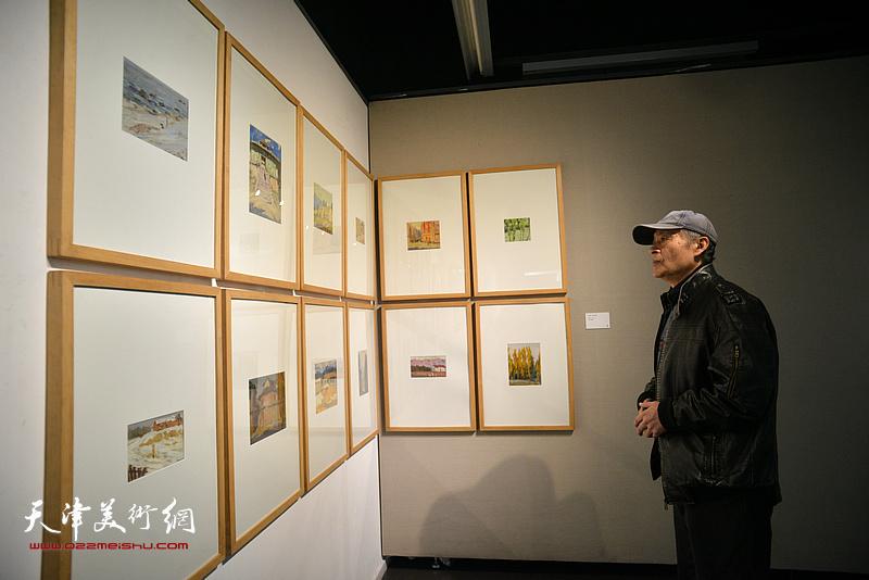 王书朋观赏展出的边秉贵艺术作品。