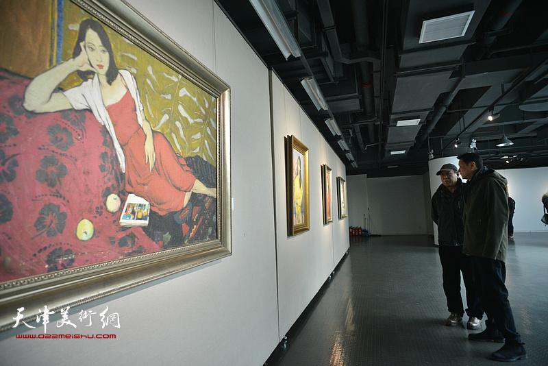 马元观赏展出的边秉贵艺术作品。