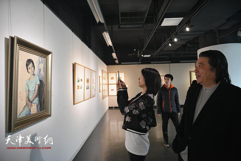 吕建成观赏展出的边秉贵艺术作品。