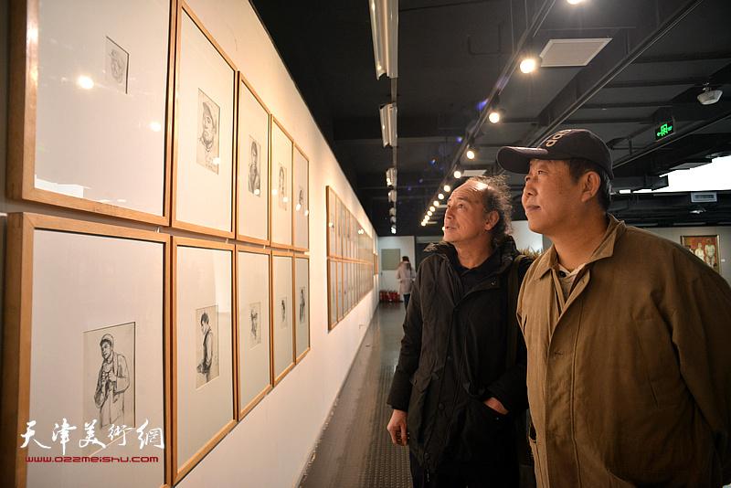 段守虹、陈世建观赏展出的边秉贵艺术作品。