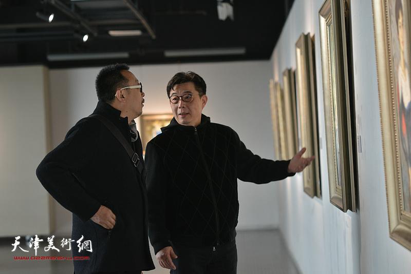 梁克刚、李天国观赏展出的边秉贵艺术作品。