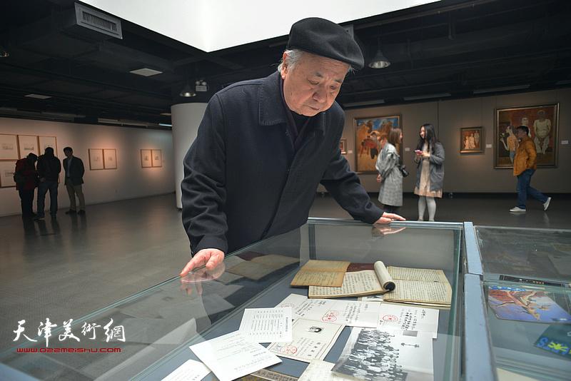 王振德观看展出的边秉贵文献资料。