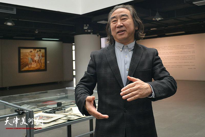王小杰主持边秉贵艺术追思会现场。