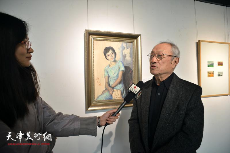 张京生在边秉贵艺术作品展上接受网络媒体采访。