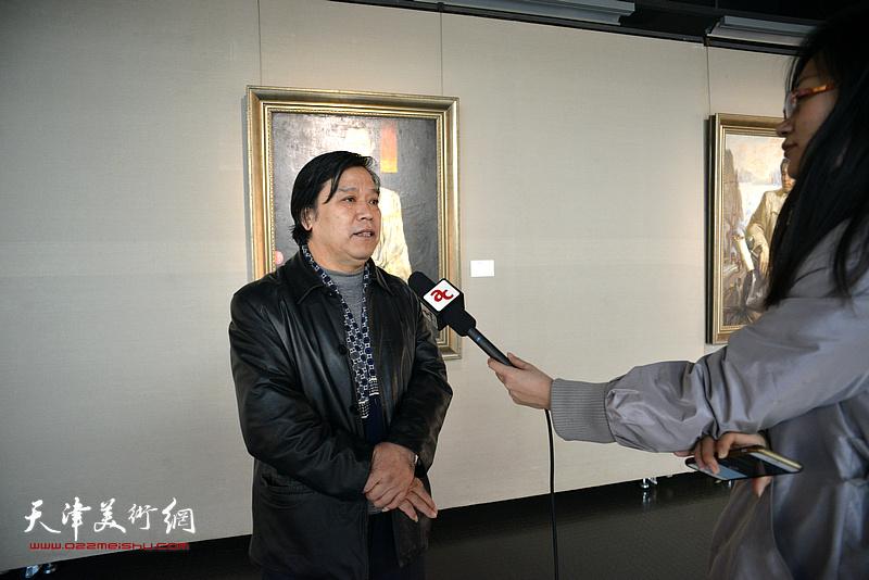 李耀春在边秉贵艺术作品展上接受网络媒体采访。