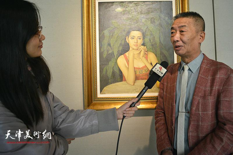 邓国源在边秉贵艺术作品展上接受网络媒体采访。
