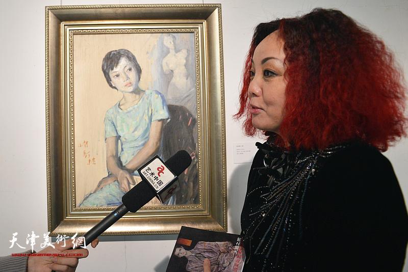 边静在边秉贵艺术作品展上接受网络媒体采访。