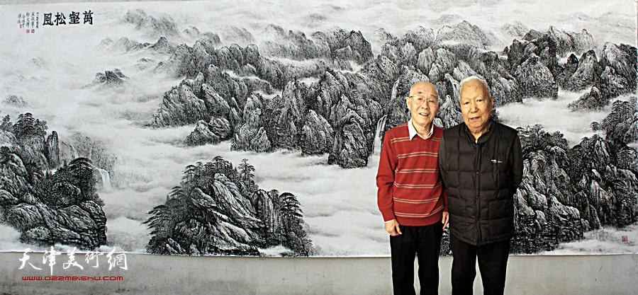 焦俊华与郭文伟在丈二匹巨幅作品《万壑松风》画前。
