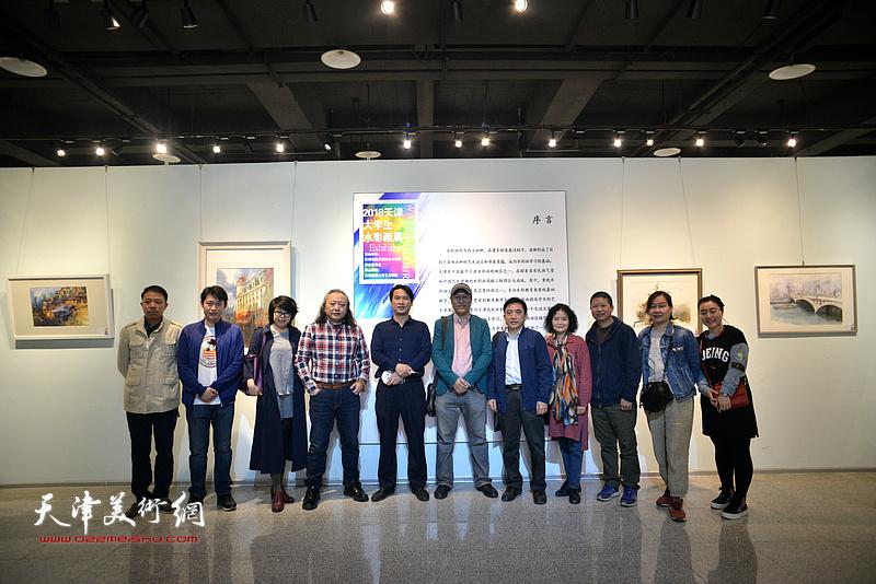 朱志刚、王刚、滑寒冰、魏瑞江、王文元、田同芬以及部分水彩画家在画展现场。