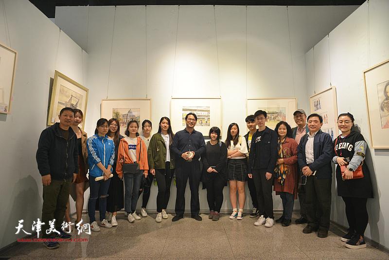 王刚、滑寒冰、魏瑞江、王文元与参展的大学生作者在画展现场。