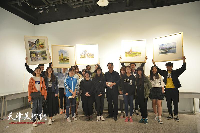 滑寒冰与大学生们在画展现场。
