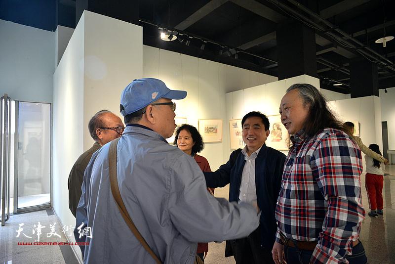 朱志刚与喜爱水彩艺术的观众在画展现场。