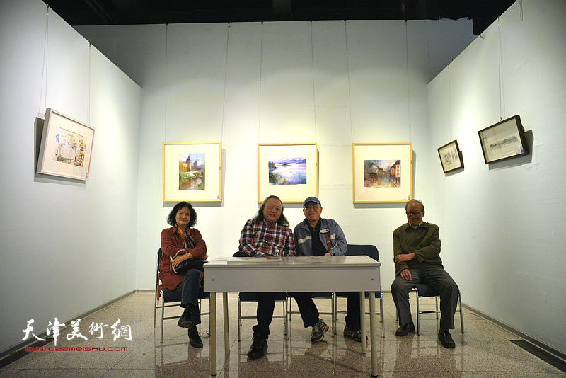 朱志刚、田同芬与喜爱水彩艺术的观众在画展现场。