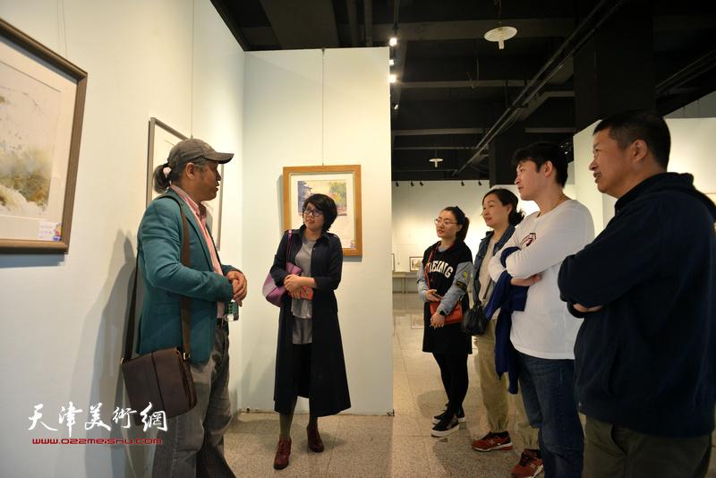 王刚、魏瑞江、谢红、顾素文、李垚在画展现场。