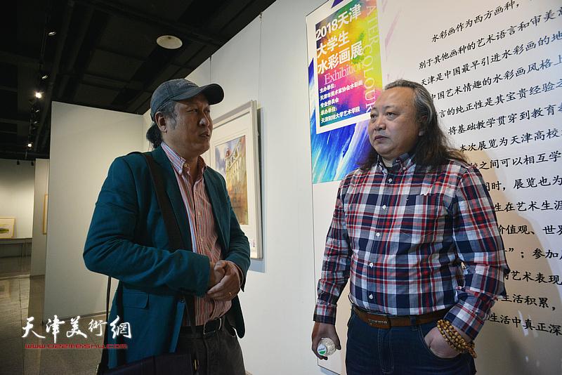 """""""津门二刚""""朱志刚、王刚在画展现场交流。"""