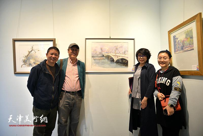 左起:魏瑞江、王刚、顾素文、张芝元在画展现场。