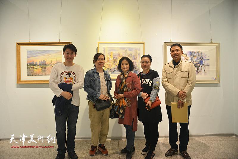 左起:李垚、谢红、田同芬、张芝元、傅昱童在画展现场。