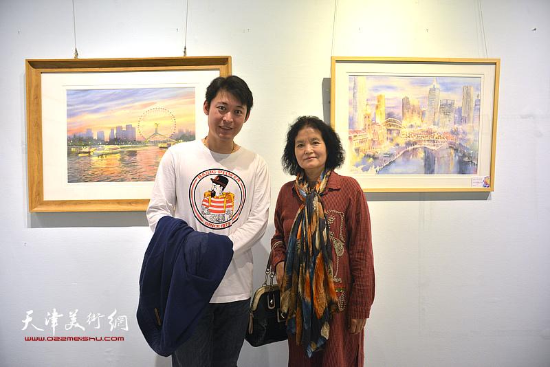 田同芬、李垚在画展现场。