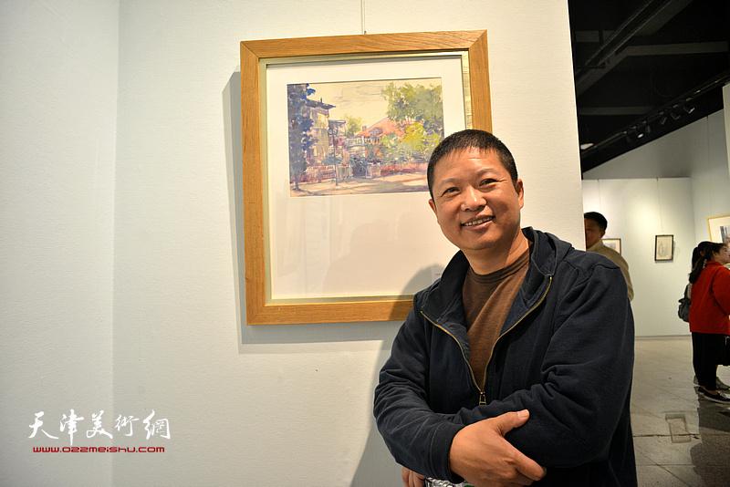 魏瑞江在画展现场。
