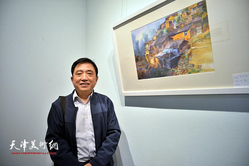 王文元在画展现场。