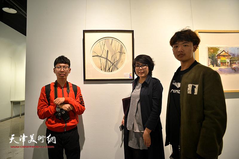 顾素文与她的学生在画展现场。