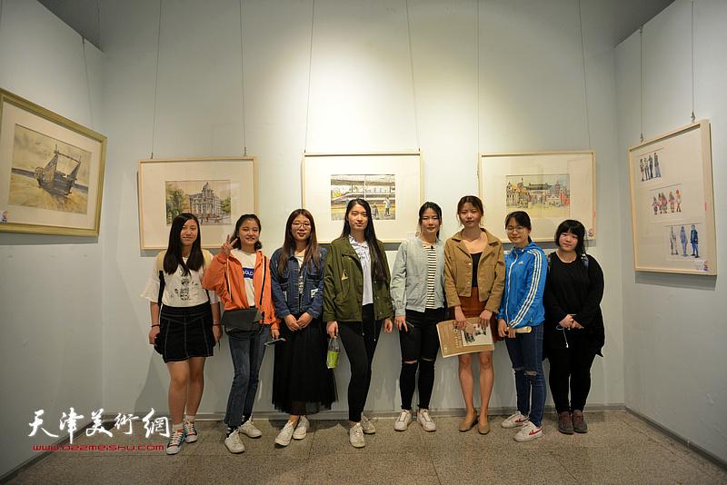 部分参展的大学生在画展现场。