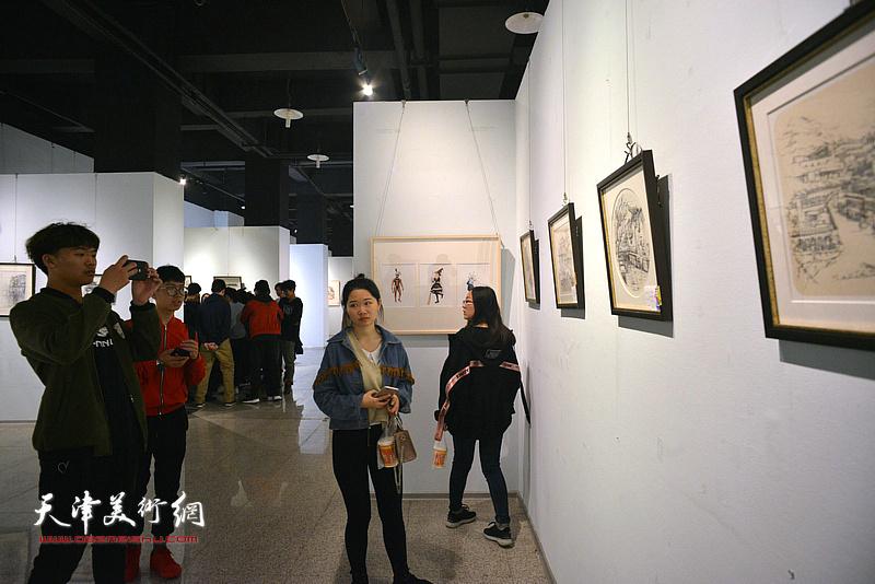 """""""2018天津大学生水彩画展""""现场。"""