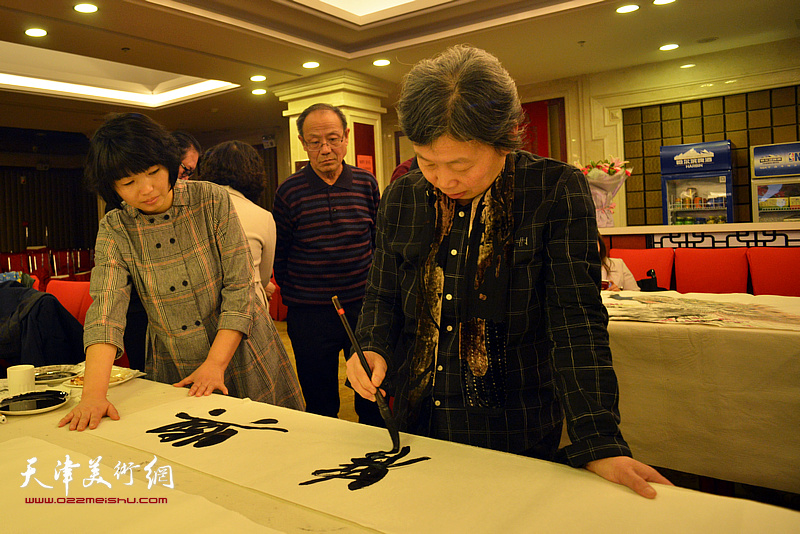 许鸿茹在活动现场创作。