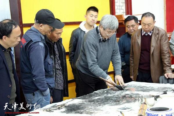 申世辉教授对学员学习作品进行讲解点评