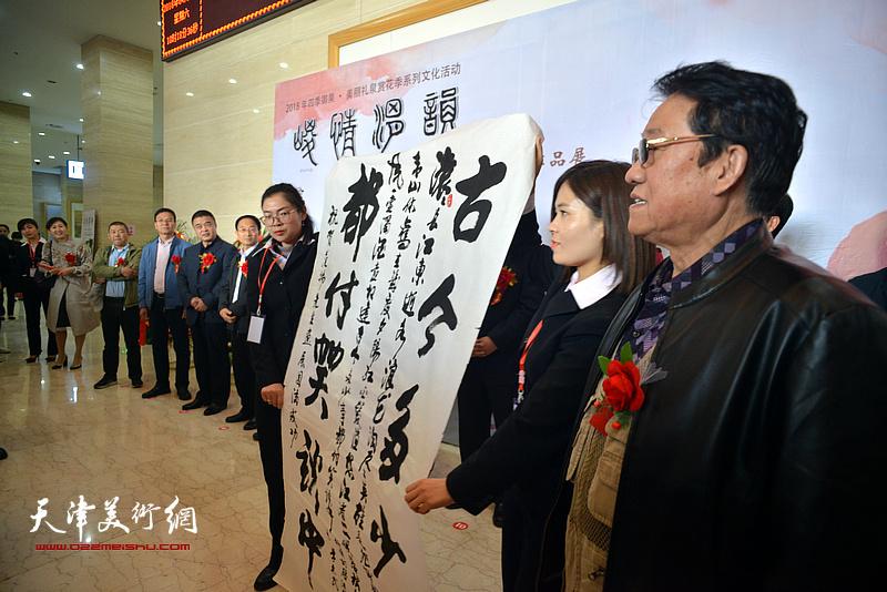 现场展示原甘肃省军区参谋长季志民为范扬画展题写的祝贺词