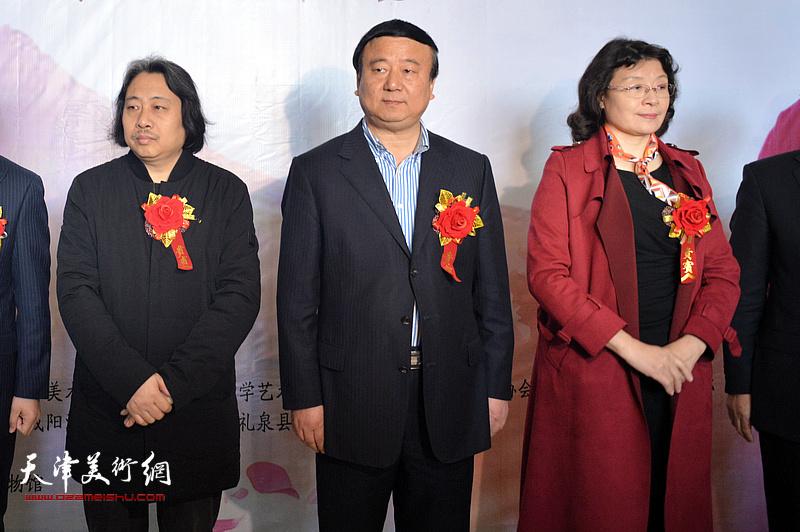 马俊民、万镜明、贾广健在画展开幕仪式上。