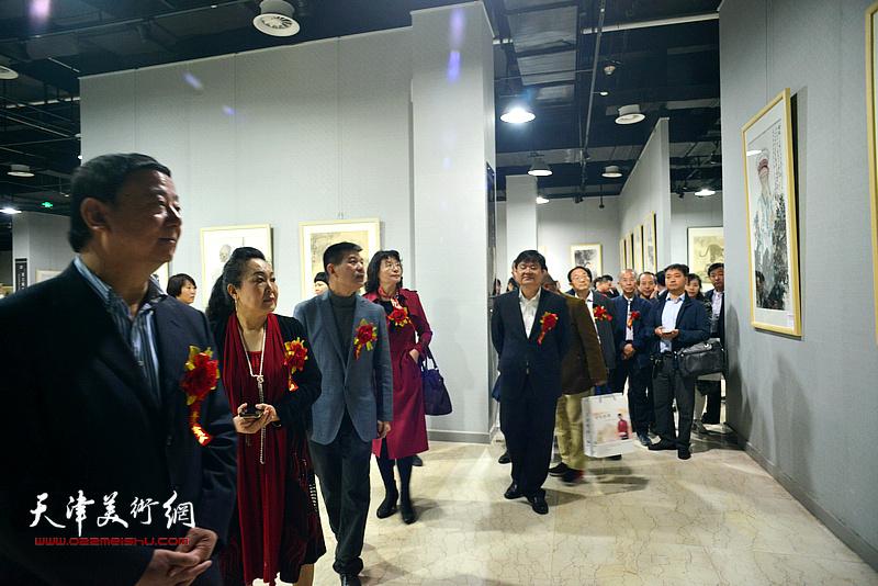范扬陪同马俊民、万镜明、王强民、宋亚平等观看展出的作品。