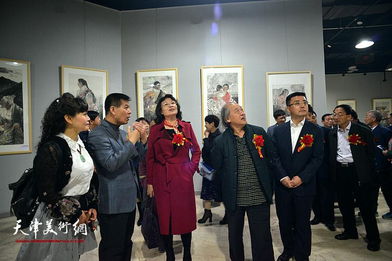 范扬陪同马俊民、万镜明、王书平、钟伟等观看展出的作品。