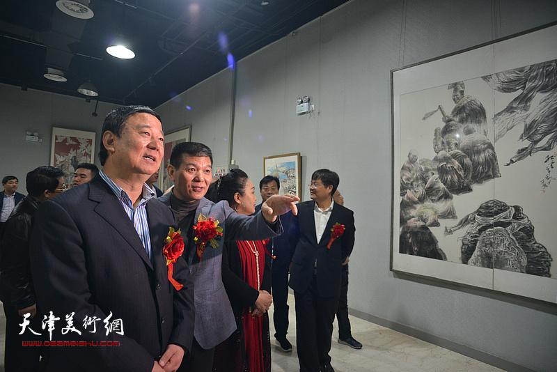 范扬陪同马俊民观看展出的作品。