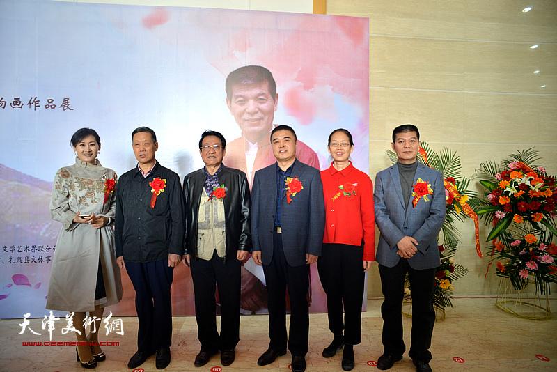 范扬与袁敬伟、康育忠、季志民、徐红梅在画展现场。