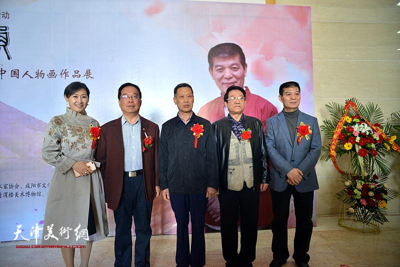 范扬与巨勉志、徐红梅等在画展现场。