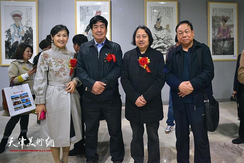 贾广健、邓宇春、陈联喜、徐红梅在画展现场。