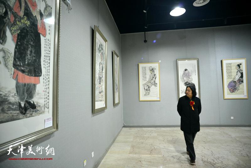 贾广健在画展现场观看展品。