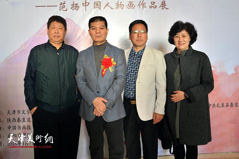 范扬与孙福龙等来宾在画展现场。