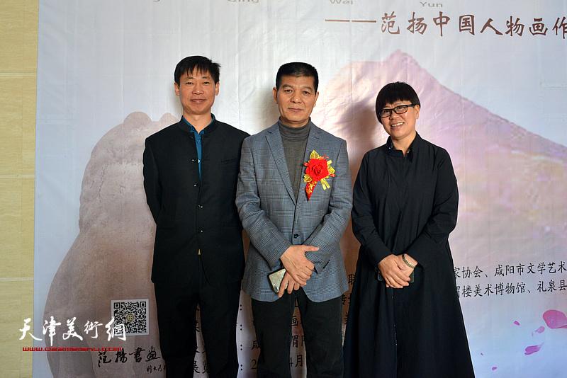 范扬与刘以福等来宾在画展现场。