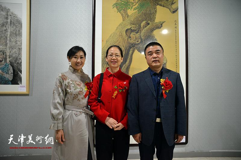 袁敬伟、徐红梅在画展现场。