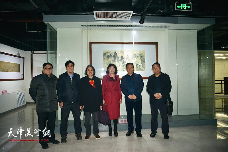 左起:商移山、邓宇春、贾广健、万镜明、郭峰、陈联喜在清渭楼美术馆。