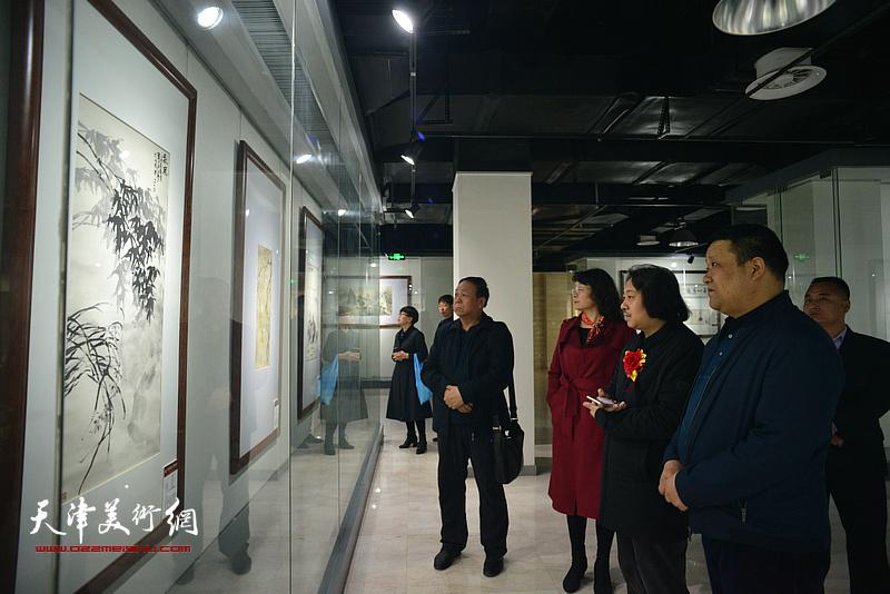 清渭楼美术馆馆长郭峰陪同万镜明、贾广健观看馆藏作品。