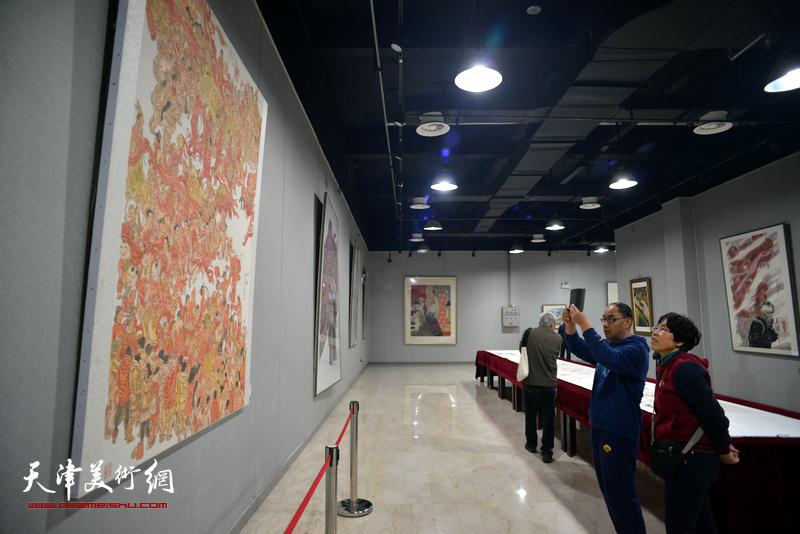 """""""嵕情渭韵""""范扬中国人物画作品展现场。"""