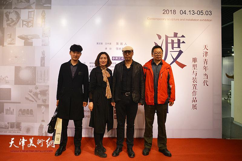 谭勋、黄文智与嘉宾在画展现场。