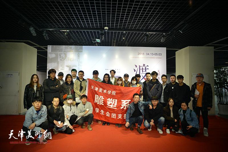 部分参展作者与艺术院校的大学生在天津青年当代雕塑与装置作品展现场。