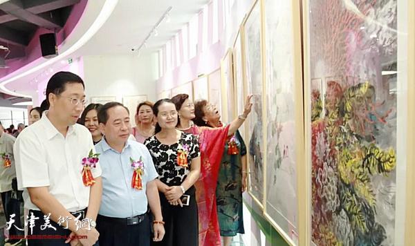 """""""华彩琼崖""""庆祝海南建省办经济特区30周年当代中国画名家作品邀请展现场。"""