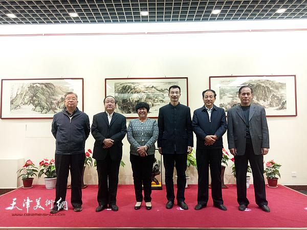 姜金军与寿光市各级领导在画展现场。